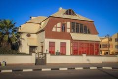 Construções alemãs à antiga e arquitetura: casas, lojas e estrada em uma cidade africana fotos de stock royalty free