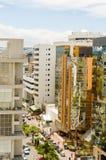Construções altas altas e tráfego dentro na cidade Foto de Stock