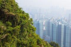 Construções altas de Hong Kong no embaçamento foto de stock