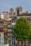 Construções altas e catedral em Porto Portugal fotos de stock