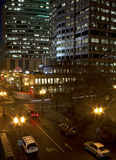 Construções altas e tráfego do centro da noite Fotografia de Stock Royalty Free