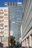 Construções altas no centro da cidade Centro de negócios em Varsóvia Prédios Zlota 44 imagens de stock