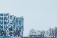 Construções altas urbanas da cidade através do embaçamento enevoado fotografia de stock