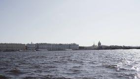 Construções antiquados em uma terraplenagem do rio de Neva - St Petersburg, Rússia filme