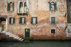 Construções ao lado de um canal, Veneza, Italia fotografia de stock royalty free