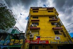 Construções ao longo do general Luna, em Poblacion, Makati, metro Manila imagem de stock