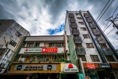 Construções ao longo do general Luna, em Poblacion, Makati, metro Manila fotografia de stock