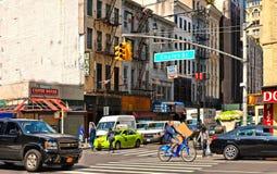 construções, arquitetura moderna e velha, tráfego ocupado e povos nas ruas em manhattan do centro em New York fotografia de stock