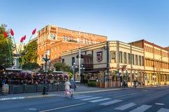 Construções, bares e restaurantes velhos de tijolo em Victoria do centro Fotos de Stock