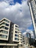 Construções bonitas altas bonitas em Moscou no fundo de um céu azul bonito imagens de stock royalty free