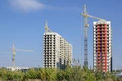 Construções brancas e vermelhas contra o céu azul Fotos de Stock