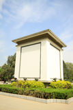 Construções brancas no céu azul em um parque foto de stock royalty free