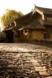 Construções chinesas antigas atrás da estrada de pedra na cidade antiga Fotos de Stock Royalty Free
