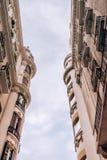 Construções clássicas gêmeas que olham acima imagens de stock