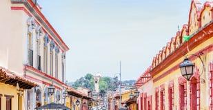 Construções coloniais nas ruas de San Cristobal de Las Casas em México imagem de stock royalty free