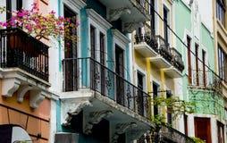 Construções coloridas com balcões Fotografia de Stock