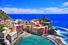 Construções coloridas em mediterrâneo Fotos de Stock Royalty Free