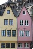 Construções coloridas na água de Colônia Alemanha Fotos de Stock Royalty Free
