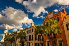Construções coloridas na rua larga em Charleston, South Carolina Fotos de Stock Royalty Free