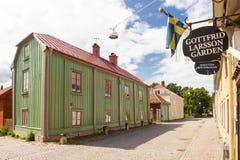 Construções coloridas velhas da madeira. Vadstena. Suécia Imagens de Stock Royalty Free