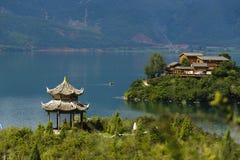 Construções ctreated ao longo do banco do lago Foto de Stock