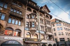 Construções da arquitetura no mercado de Basileia fotos de stock