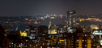 Construções da cidade de Sheffield com fundo dramático do monte imagens de stock royalty free