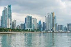Construções da Cidade do Panamá do litoral no oceanfront imagem de stock royalty free