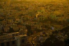Construções da cidade da opinião superior do tempo do por do sol alaranjadas imagens de stock