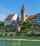 Construções da cidade suíça de Bremgarten ao longo do rio de Reuss Imagens de Stock