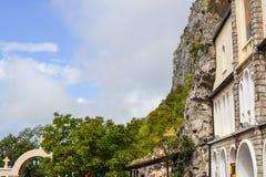 Construções da igreja superior do monastério de Ostrog com mosaicos Niksic, Montenegro fotografia de stock