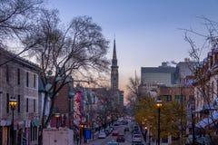 Construções da rua dentro na cidade em um por do sol roxo - Montreal, Quebeque, Canadá fotografia de stock royalty free