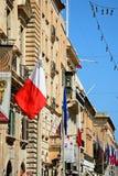 Construções da rua e bandeiras, Valletta imagens de stock