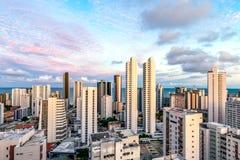 Construções da skyline em um por do sol cor-de-rosa do céu na praia de Viagem da boa, Recife, Pernambuco, Brasil imagens de stock royalty free