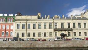 Construções da terraplenagem do rio de Fontanka St Petersburg, Rússia filme