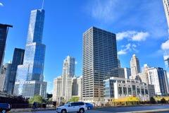 Construções da torre e da cidade do trunfo, Chicago River Imagens de Stock Royalty Free