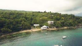 Construções da vista aérea na ilha tropical na praia do mar Estância na costa de mar com opinião da água de turquesa de cima de vídeos de arquivo
