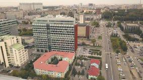 Construções de escritório para negócios da vista aérea na infraestrutura da cidade do fundo video estoque