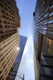 Construções de escritórios de New York da vista mais baixa fotografia de stock royalty free