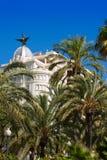 Construções de Explanada do La de Alicante com as árvores do plam em Valência Imagem de Stock