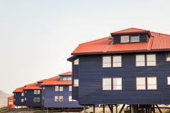 Construções de madeira coloridas ao longo da estrada no verão em Longyearbyen, Svalbard fotos de stock royalty free
