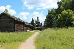 Construções de madeira e paisagens da planície do russo fotografia de stock