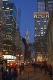 Construções de Manhattan na noite Fotos de Stock Royalty Free