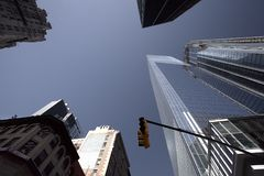 Construções de New York da vista mais baixa imagem de stock royalty free