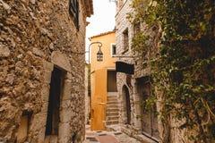 construções de pedra antigas na rua estreita da cidade velha, Eze, França fotografia de stock