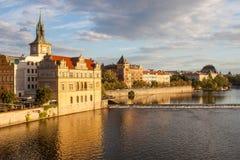 Construções de Praga ao longo do rio de Vltava Foto de Stock Royalty Free