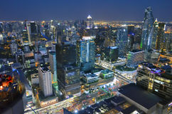 Construções de Sião e de Sukhumvit na noite em Banguecoque Imagem de Stock Royalty Free