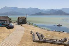 Construções do agregado familiar na costa do lago Skadar, Montenegro fotografia de stock