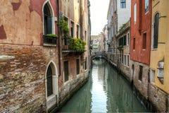 Construções ao lado de um canal, Veneza, Italia foto de stock royalty free
