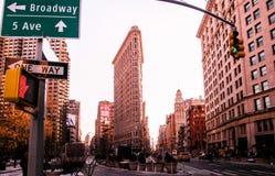 Construções do ferro de passar roupa de New York com Broadway e 5a avenida si da rua Fotos de Stock Royalty Free